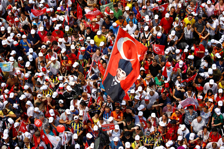 Simpatizantes de Muharrem Ince, principal candidato da oposição, participam de comício em Istambul (23/06/18).
