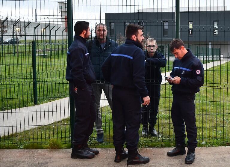 Надзиратели Конде-сюр-Сарт переговариваются через решетку исправительного учреждения