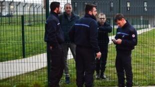 Agentes penitenciários mobilizados na porta da prisão de Condé-sur-Sarthe, nesta quarta-feira 6 de março de 2019.