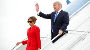 Melania et Donald Trump, le couple présidentiel américain, à la descente de l'avion jeudi 13 juillet 2017 à l'aéroport d'Orly, dans le sud de Paris.
