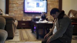 Jawat Kasasbeh, le frère du pilote jordanien capturé par l'organisation Etat islamique, en pleine prière, à Amman.