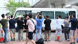 Una camioneta que supuestamente transporta a dos ejecutivos del periódico prodemocracia Apple Daily de Hong Kong llega a la corte el 19 de junio de 2021