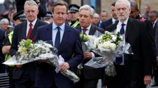 Các lãnh đạo chính phủ Anh đặt hoa tưởng niệm nghị sĩ Jo Cox, gần thành phố Leeds, ngày 17/06/2016.