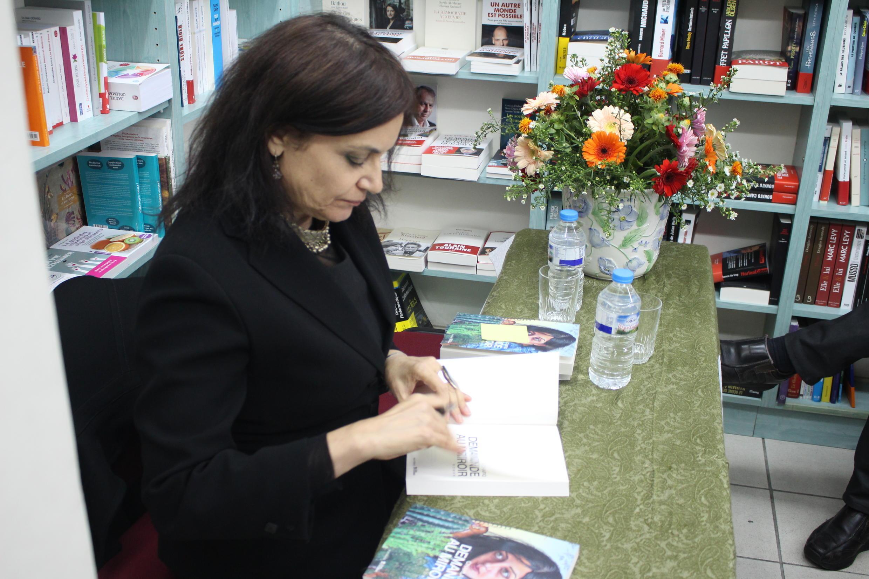 """شهلا شفیق در جلسه امضای رمان """"از آینه بپرس"""" در کتابفروشی خاوران"""
