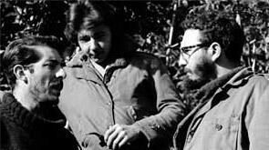 Enrique Meneses conversando con Fidel y Raúl Castro en la Sierra Maestra.