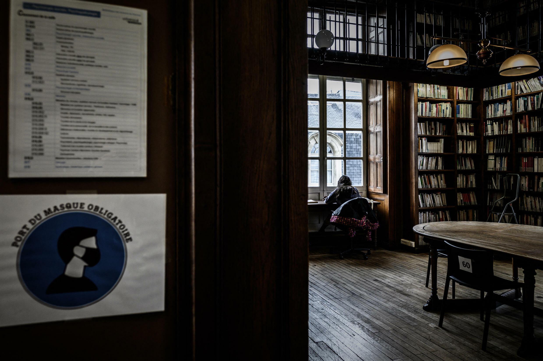 Une étudiante à la bibliothèque de l'Université de Bordeaux le 20 janvier 2021