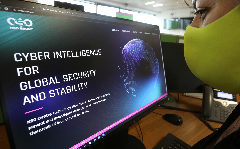 Una mujer visita el sitio web del programa espía Pegasus, fabricado por Israel, en una oficina de la capital chipriota, Nicosia, el 21 de julio de 2021