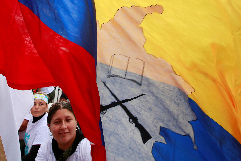 Um membro das Forças Armadas Revolucionárias da Colômbia (FARC), durante a cerimónia de encerramento de um congresso rebelde perto de El Diamante em Yari Plains, Colômbia, 23 de setembro de 2016.