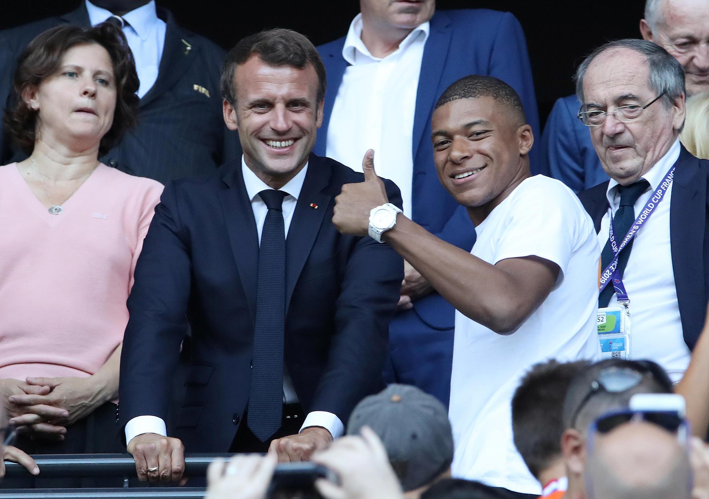 O presidente francês, Emmanuel Macron, e o jogador Mbappé assistem à final do Mundial feminino em Lyon.
