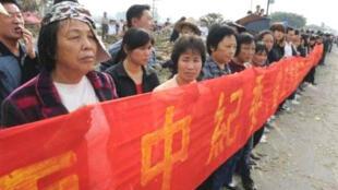 Nông dân Trung Quốc phản đối việc trưng thu nhà đất 12/2011 (Reuters)