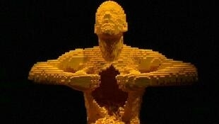 Yellow, a obra mais emblemática de Nathan Sawaya