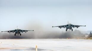 Aviões de ataque russo, Sukhoi Su-25 decolando da base militar de Hmeimim, na província de Latakia, na Síria.