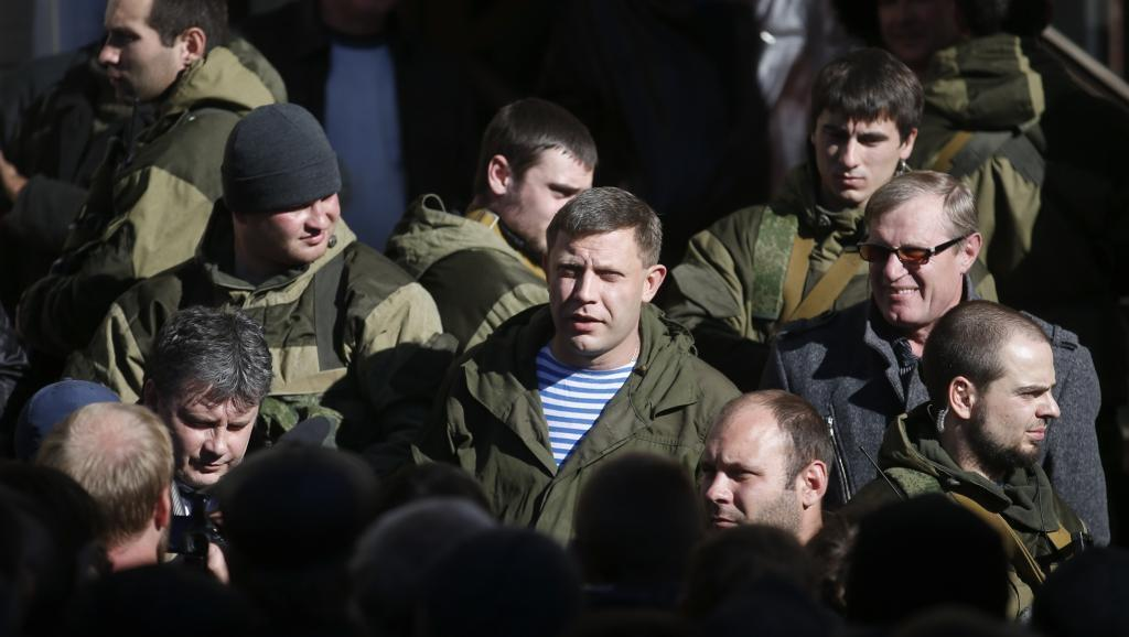 Alexandre Zakhatchenko (katikati) amechaguliwa kuwa rais wa eneo liliyojitenga la Donetsk kwa asilimia zaidi ya 80 ya kura.