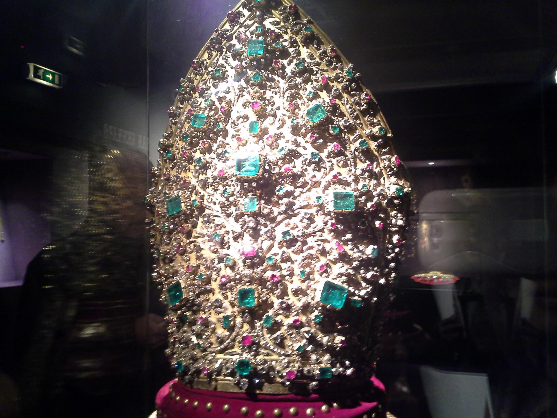 La Mitra de San Jenaro, adormanda con diamantes, rubíes y esmeraldas.