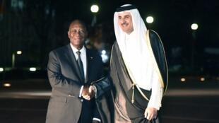 Alassane Ouattara accueille l'émir du Qatar Tamim ben Hamad al-Thani lors de son arrivée à Abidjan le 22 décembre 2017.