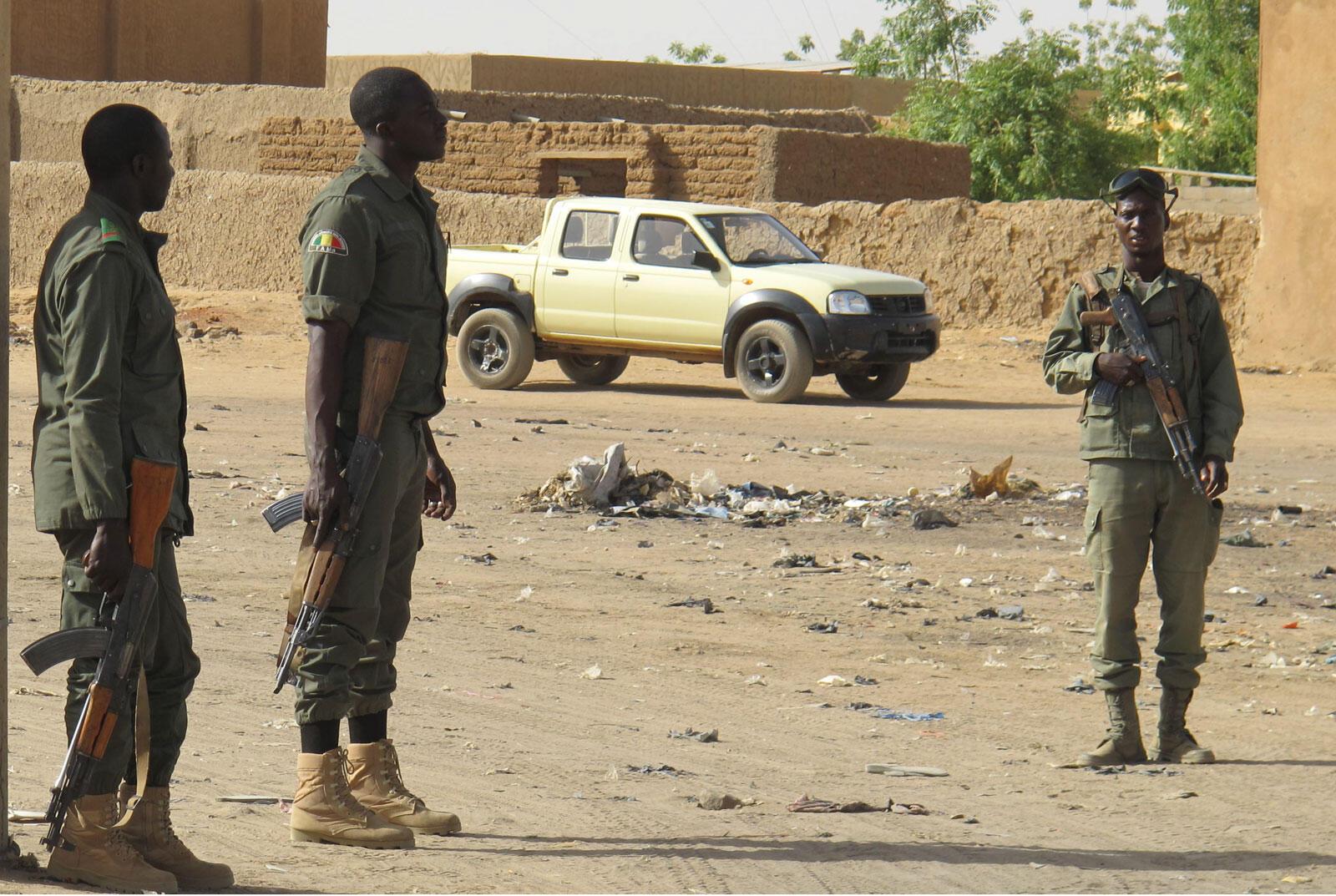 Soldats maliens dans une rue de Gao.
