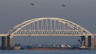 Cây cầu nối liền Nga và bán đảo Crimée tại eo biển Kerch nối biển Azov và Biển Đen.