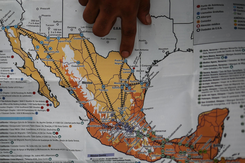 Караван мигрантов уже пересек Гватемалу и собирается пересечь Мексику. Большинство мигрантов идут пешком, некоторые передвигаются на грузовиках и мотороллерах