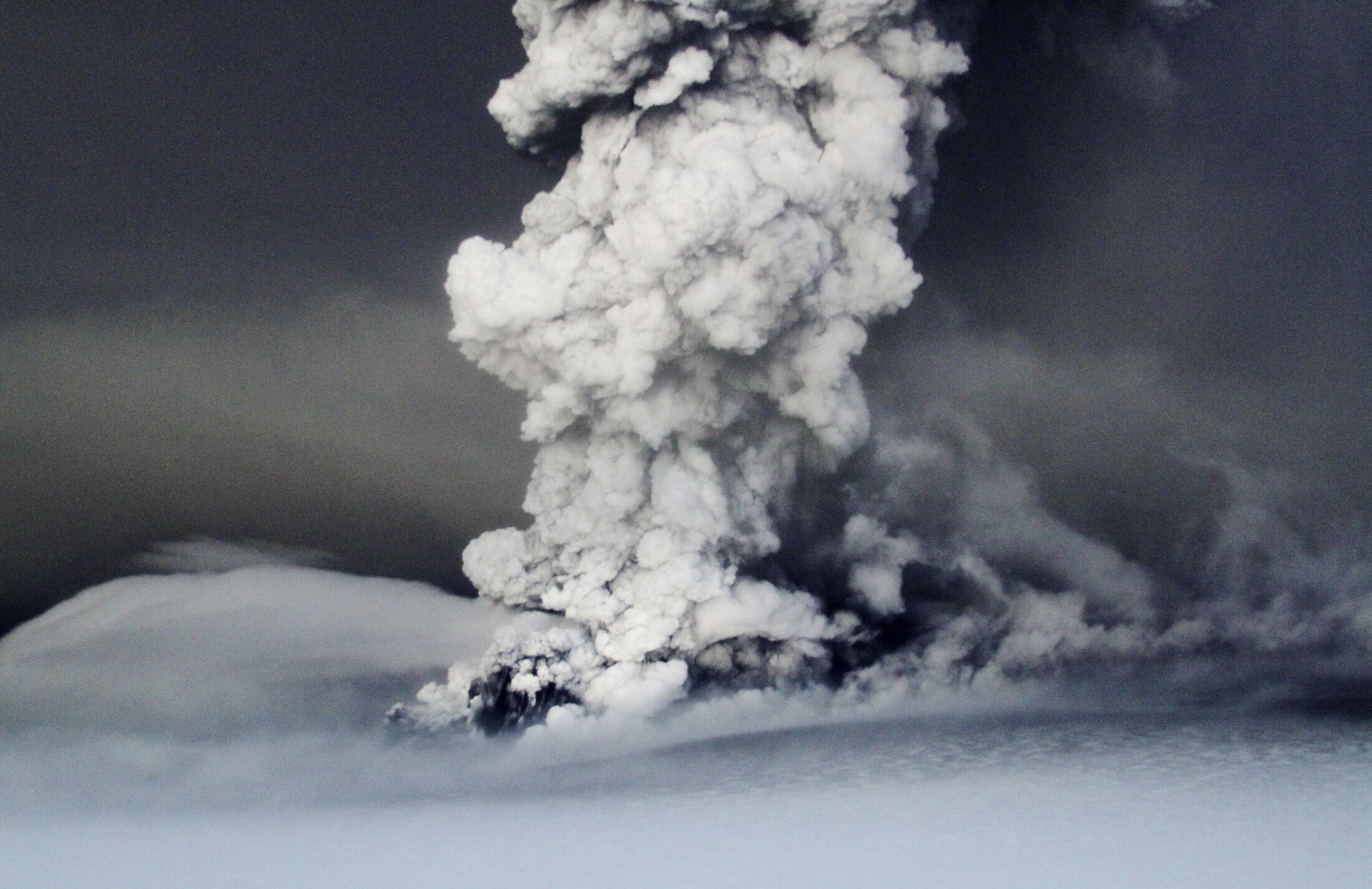 A nuvem de cinzas formada com a erupção do vulcão Grimsvoetn atinge uma altitude de 20 quilômetros na Islândia.