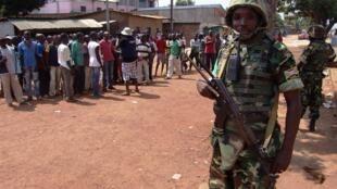 Des soldats burundais de la Misca durant une patrouille à Bangui, le 20 décembre 2013.