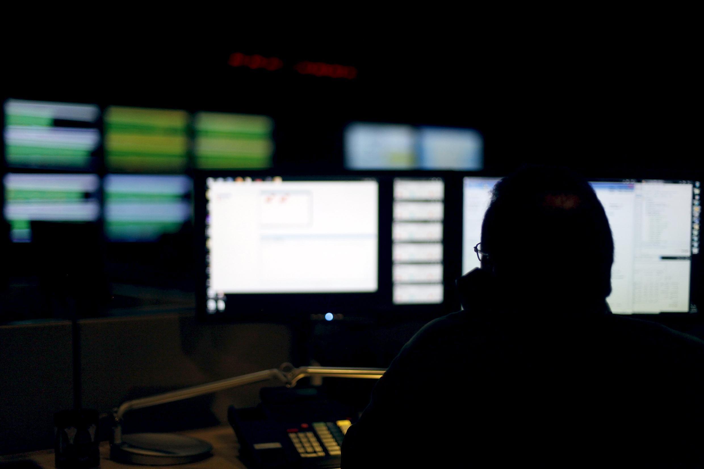 Сначала хакеры атаковали небольшие частные энергетические компании при помощи обычного фишинга.
