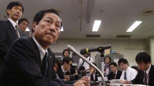 Le président du groupe financier Mizuho (à gauche) au siège de la banque. Tokyo, le 26 décembre 2013.
