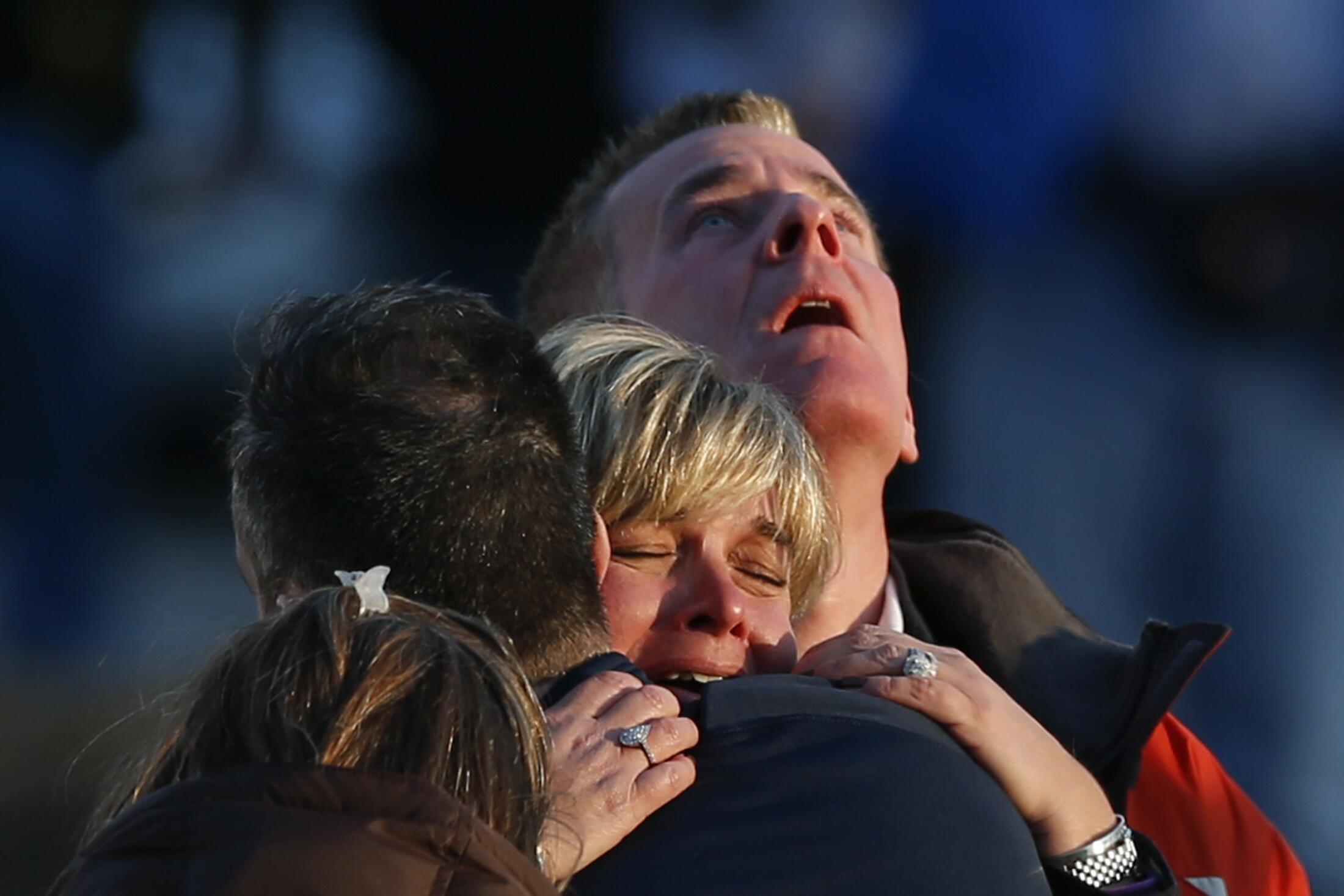 Des familles de victimes près de l'école de Sandy Hook.