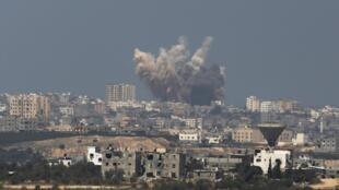 Khói lửa lại bốc lên trên bầu trời Gaza sau 72 giờ hưu chiến, ngày 08/08/2014.
