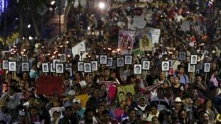 Rassemblement dans la capitale du Mexique, México, pour commémorer le 15e mois de la disparition des 43 élèves de l'école normale d'Ayotzinapa, le 26 décembre 2015.