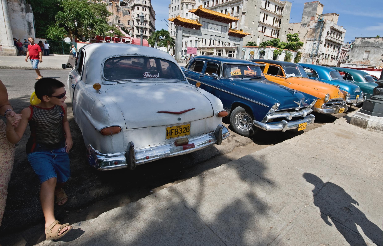 Xe hơi kiểu «almendrones» bên cạnh những chiếc xe mới nhập từ bên ngoài vào Cuba. Biểu tượng của tư bản mới ?