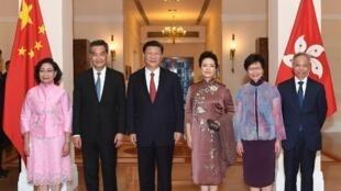 """中國領導人習近平伉儷29日晚出席特首梁振英在禮賓府擺設的家宴,梁太唐青儀(左一)的打扮被譏為""""睡衣""""。"""
