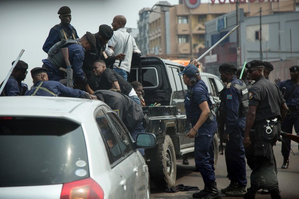 Maafisa wa polisi wakiwapiga wafuasi wa mwanasiasa wa upinzani Martin Fayulu, mgombea wa zamani katika uchaguzi wa urais kupitia muungano wa upinzani wa Lamuka, wakati wa maandamano ya Juni 30, 2019 Kinshasa.