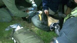 Момент взятия под сражу тяжелораненого Джохара Царнаева 19/04/2013