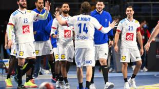 """Les """"Experts"""" heureux de leur victoire sur la Norvège pour leur entrée dans le Mondial de handball en banlieue du Caire, le 14 janvier 2021"""