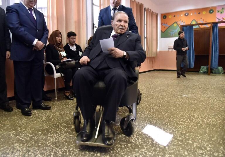Le président algérien Abdelaziz Bouteflika dans un bureau de vote, le 23 novembre 2017.
