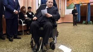 Le président algérien Abdelaziz Bouteflika dans un bureau de vote, le 23 novembre 2018.