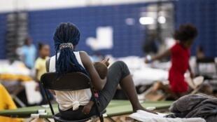 Une migrante originaire de la République démocratique du Cong avec son bébé dans un gymnase à Portland dans l'État du Maine.