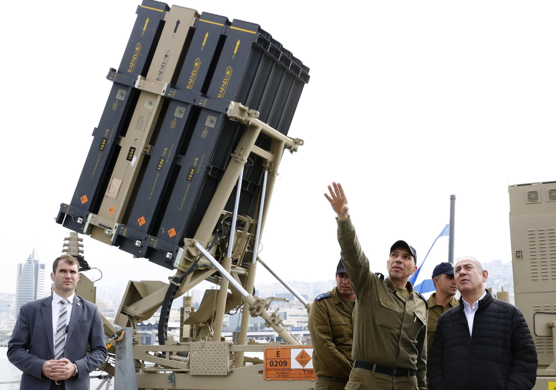 Foto de archivo: El primer ministro israelí, Benjamín Netanyahu, a la derecha, escucha a un soldado cerca de una unidad del sistema de defensa Cúpula de Hierro, instalado en una corbeta de la Armada israelí, en el puerto norteño de Haifa, Israel, el 12 de febrero de 2019.