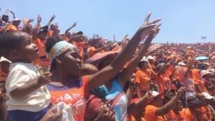 Des partisans du candidat à la présidentielle, Andry Rajoelina, lors de son meeting, au stade Coliseum, à Antananarivo, à Madagascar, le 3 novembre 2018.