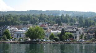 日内瓦湖畔的小镇依云