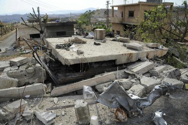 Destroços causados por ataque aéreo atribuído a Israel na região de Damasco nesta segunda-feira,6 de maio de 2013. , .