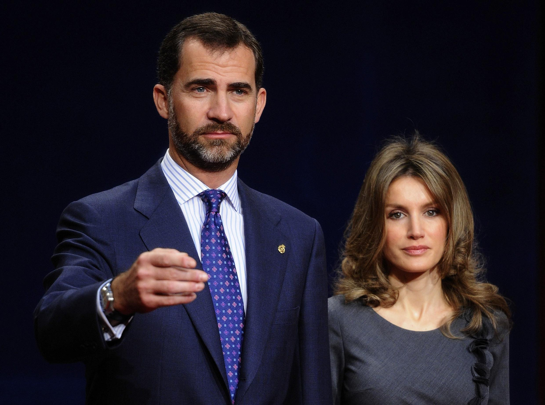 O príncipe Felipe da Espanha, ao lado de sua esposa, a princesa Letizia, herdará um país afetado por anos de crise.