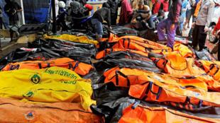 Corpos das vítimas do tsunami em Carita, na Indonésia, no domingo (23).