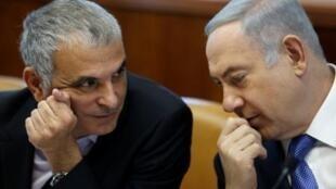 Le Premier ministre Benyamin Netanyahu et Moshe Kahlon, aujourd'hui opposés sur le radiodiffuseur public Kan, le 31 janvier 2016 (AFP)