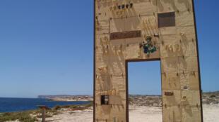 « La porte d'Europe », premier monument en hommage aux migrants disparus en Méditerranée, de l'artiste Mimmo Paladino.