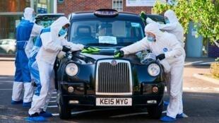 Un taxi londonien participant à l'initiative conjointe de l'application GETT et le NHS, nettoyé par des professionnels (agence Dropless) entre deux courses proposées à des patients présentant des signes de coronavirus.