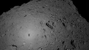 Une photo de l'astéroïde Ryugu envoyée par la sonde Hayabusa à l'automne 2018.