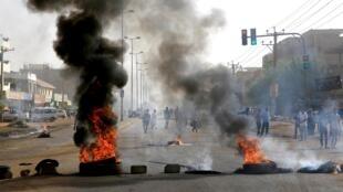 تظاهرات اعتراضی مردم سودان در خیابانهای شهر خارطوم پایتخت این کشور. دوشنبه ۱۳ خرداد/ ۳ ژوئن ٢٠۱٩