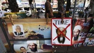 Ảnh Ben Laden tại một điểm bán báo ở Karachi (Pakistan). Ảnh tư liệu chụp ngày 09/05/2011.
