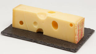Una porción de queso Emmental.